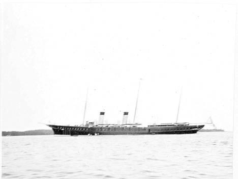 Keisariperhe ei yöpynyt maissa, vaan hulppeassa Standart-laivassa, joka oli tuolloin hyvin nykyaikainen.