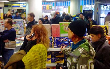 Useat kymmenet ihmiset odottivat Madonnan konsertin lipunmyynnin toimimista. R-kioskin lipunmyynti ei toiminut ainakaan ensimmäisen vartin aikana Kalliossa, kun järjestelmä oli jumissa.