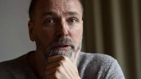 """Suomalaisen isäpuolen teot tuhosivat Patrik Sjöbergin elämän – välit äitiin yhä hyytävät: """"Hän keskittyi säälimään itseään"""""""