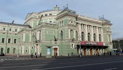 Tarinan mukaan Mannerheim tutustui Mariinski-teatterissa Jekaterina Geltseriin, josta tuli vallankumouksen jälkeen tähti.