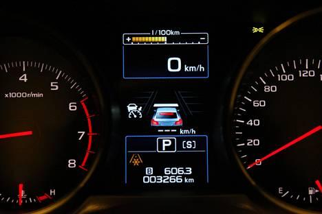 Kun jarrua painaa, mittariston aktiiviseen vakionopeudensäätimeen liittyvän auton kuvan jarruvalot syttyvät myös.