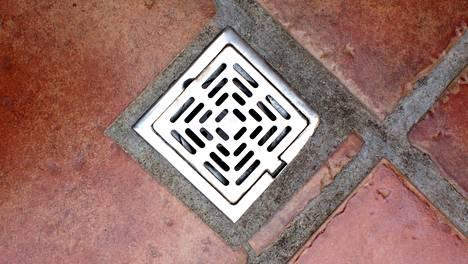 On usein ollut epäselvää, kenelle lattiakaivon ja hajulukon puhdistus oikein kuuluvat.
