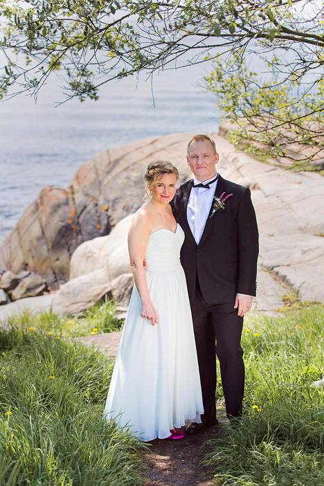 Heidi ja Oskari hymyilivät onnellisina vielä viime kesänä hääpäivänään Suomenlinnassa.