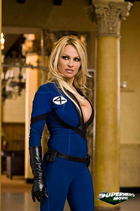 Tällaisena hänet on totuttu näkemään. Pamela on leikitellyt omalla povipommi-imagollaan useissa elokuvissa, kuten Superhero Moviessa, jossa hän esitti uhkeaa supersankaria.