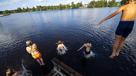 Koululaiset hyppivät laiturilta Oulujokeen syyskuussa 2020.