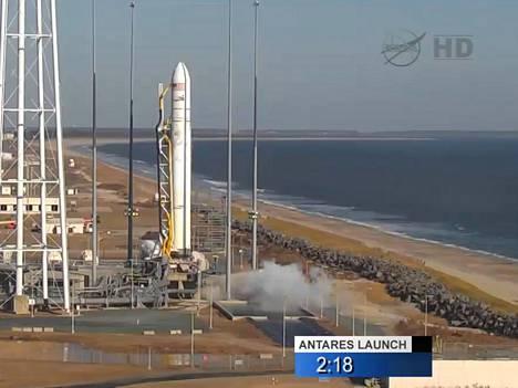 Antares-raketti hetki ennen lähtöä.