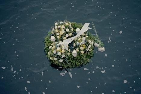 Muistoseppele kelluu meressä marraskuussa 1994 lähellä Estonian uppoamispaikkaa.