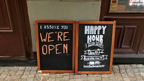 Kyltissä vakuutetaan, että baari on auki. Kuva on otettu Tukholmassa 26. maaliskuuta 2020.