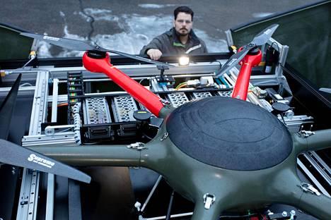 Telakointiasema osaa huoltaa robottikopterin. Ohjelmoija Erkko Puttonen esittelee Rumble Toolsin robottikopteria telakointiasemassaan.