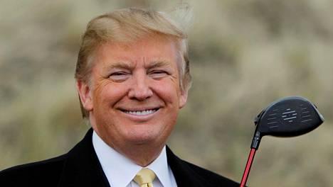 Donald Trump Aberdeenin lähistöllä olevilla hiekkadyyneillä ennen ensimmäisen golfkenttänsä rakentamista Skotlantiin vuonna 2010.
