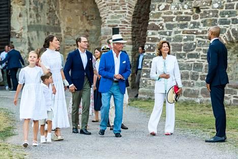 Kuningas Kaarle kustaa ja kuningatar Silvia liittyivät prinsessa Victorian ja tämän perheen joukkoon Borgholmin linnassa.