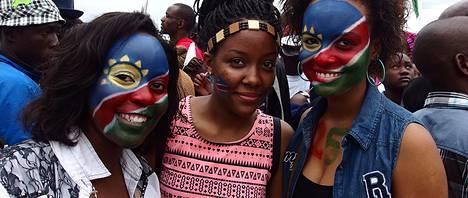Näiden nuorten naisten tapaan namibialaiset olivat varustautuneet värikkäästi itsenäisyysjuhlaansa.