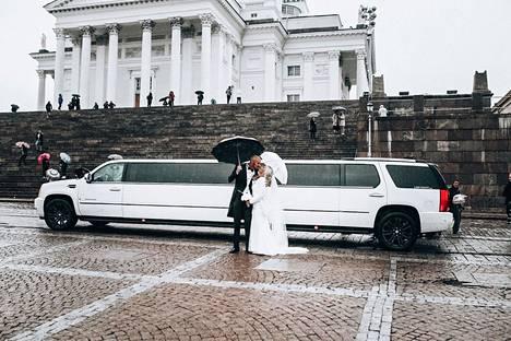 Karoliina ja hänen Patrick-rakkaansa saivat toisensa Helsingin Tuomiokirkon Kappelissa.