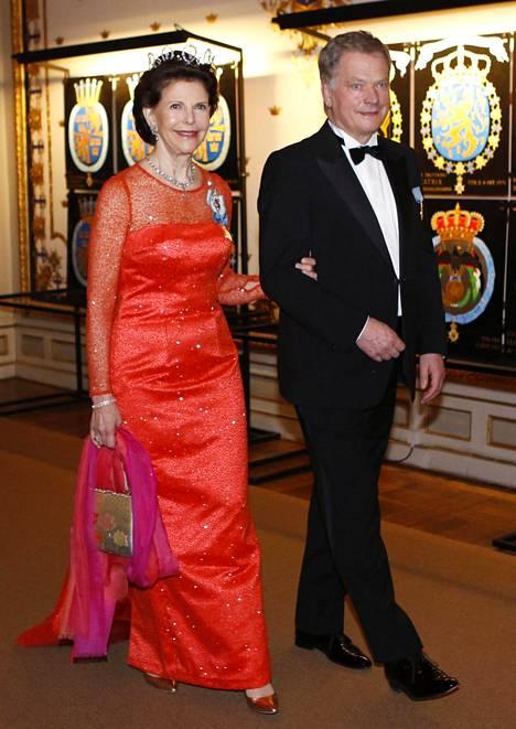 Aftonbladet-lehti arveli Sauli Niinistön käsikynkässä illallisella saapuneen kuningatar Silvian viestineen punaisella pukuvalinnallaan rakkaudentäyteisiä terveisiä puolisolleen ja syntymäpäiväsankarille, kuningas Kaarle Kustaalle.