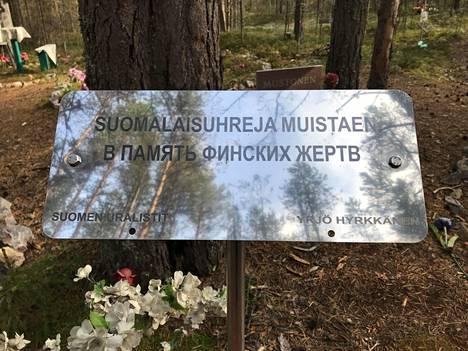 Sandarmohissa on myös useita suomalaisille omistettuja muistokylttejä. Karjalan Sivistysseuran julkaisemalla listalla on yhteensä 963 suomalaisen nimet, joiden tiedetään tulleen teloitetuksi Karhumäessä ja haudatuksi Sandarmohiin.