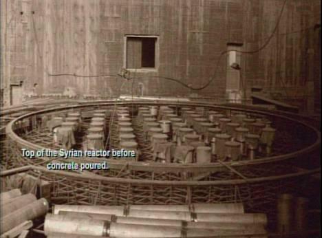 Tämän kuvan sanotaan esittävän rakenteilla ollut pohjoiskorealaista reaktoria Syyrian aavikolla. Yhdysvallat julkisti kuvan jo vuonna 2008. Israelilaismedian mukaan kuva olisi varastettu Syyrian atomienergiakomission johtajalta alkuvuodesta 2007.