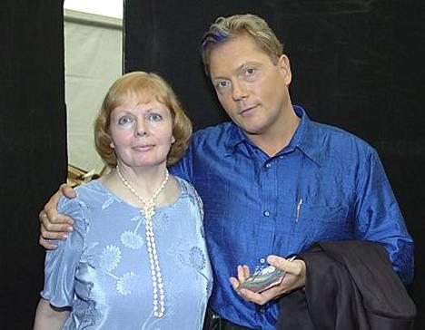 Kyläkauppiaan äiti Kaarina Keskinen oli ensimmäisten joukossa halaamassa onnentoivotuksensa.