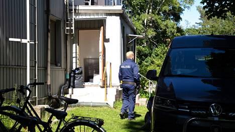 Poliisit tekivät tapahtuma-alueella tutkintaa.