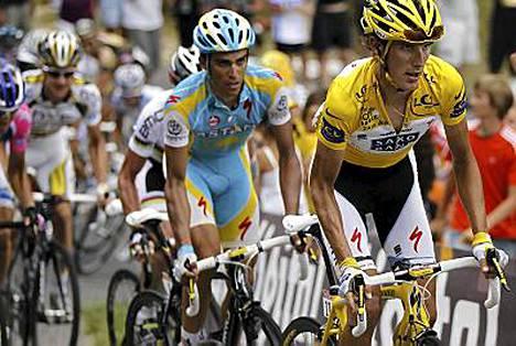 Luxemburgilainen Andy Schleck (oik.) menetti etumatkaansa Espanjan Alberto Contadorille (vas.).