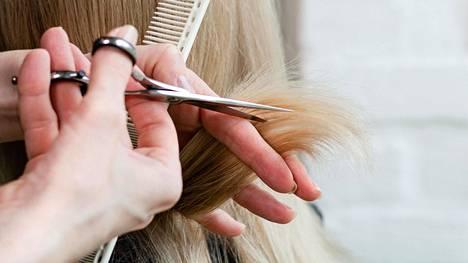 Universaalit hiusten leikkaamisen puolesta kielivät merkit ovat selvästi haaroittuneet latvat ja helposti takkuuntuvat ja myttyisiltä tuntuvat hiukset.