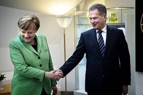 Sauli Niinistö ja Angela Merkel Mäntyniemessä 2015. Niinistö muistaa kysynyeensä Merkeliltä EU:n yhteisestä puolustuksesta jo kymmenisen vuotta sitten.