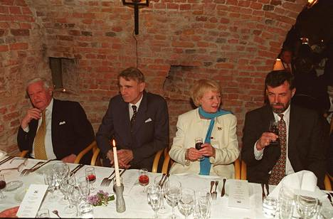 Helmut Schmidt, Mauno Koivisto, Vidgis Finnbogadottir ja Jan-Erik Enestam illallistivat Walhallassa vuonna 2000.