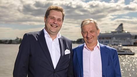 Jethro Rostedt ja Hjallis Harkimo järjestävät suomalaistähdille saunaillan.
