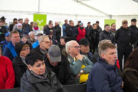 Biotuotetehtaan hankesuunnittelun avoin yleisötilaisuus keräsi runsaasti väkeä Kemin vanhalle torille.
