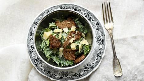 Lehtikaalista valmistuu rapsakka ja maistuva salaatti.