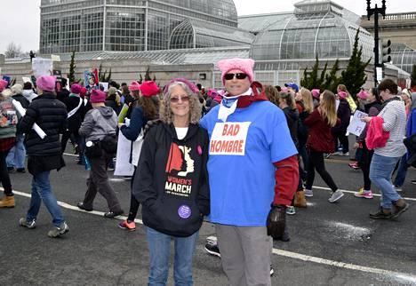 Sisarukset Susan ja Barry Staley osallistuvat mielenosoitukseen ensimmäistä kertaa elämässään.