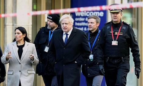 Pääministeri Boris Johnson ja sisäministeri Priti Patel vierailivat Lontoon puukotuspaikalla 30. marraskuuta.