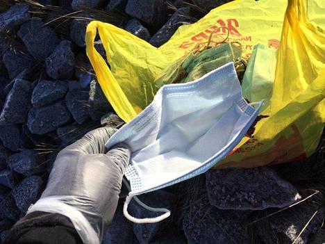 Kertakäyttöinen maski pitää laittaa suoraan roskiin käytön jälkeen.