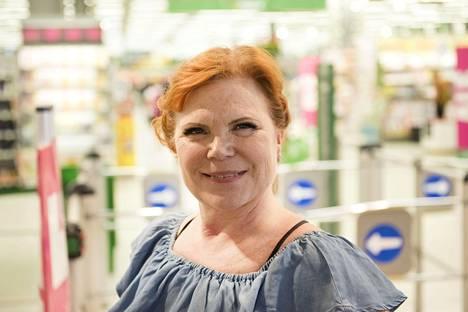 Maija Silvennoinen kuvattiin ruokaostoksilla kesäkuussa 2019.