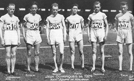 Suomen miehistö Pariisin olympiakisojen 3000 metrin joukkuejuoksussa. Elias Katz on kolmas oikealta vierellään Paavo Nurmi (323).