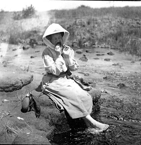 Perhe vietti Afrikassa kaksi vuotta vuodesta 1908 alkaen. Valokuvassa Mary joko vuonna 1909 tai 1910.