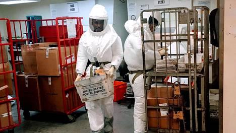 Suojaaviin asuihin pukeutuneet Yhdysvaltain puolustusministeriön työtekijät tutkivat Pentagoniin saapuvaa postia 2. lokakuuta.