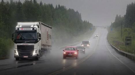 LähiTapiolan Arjen katsaus -kyselyssä tiedusteltiin suomalaisilta, millaisissa tilanteissa ajaminen heitä jännittää tai tuntuu epämiellyttävältä