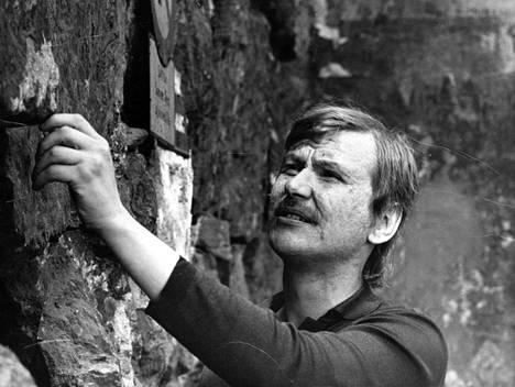 Sanoittaja-säveltäjä-laulaja kuoli sydänkohtaukseen kotonaan Gryonissa Sveitsissä 29. lokakuuta vain 52-vuotiaana.
