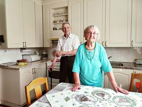 Anni ja Evert saivat koronapiikit jo keväällä, ja nyt he odottavat, että elämä palautuisi normaaliksi ja pääsisi taas tapaamaan ystäviä ja sukulaisia.