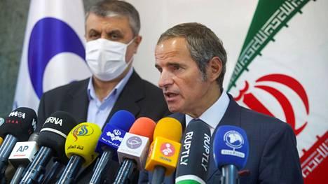 IAEA:n johtaja Rafael Gross (oik.) ja Iranin atomienergiajärjestön johtaja Mohammad Eslami (vas.).