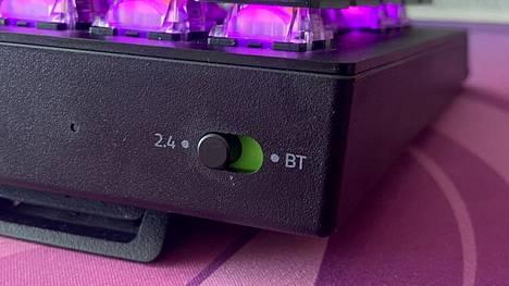 Yhteyden tietokoneeseen voi muodostaa 2,4 gigahertsin taajuudella hyperspeed-tekniikká hyödyntäen, bluetoothilla tai perinteisesti usb-c:llä, jolla näppäimistö myös ladataan. Akun täyteen lataaminen vie peräti viisi tuntia!