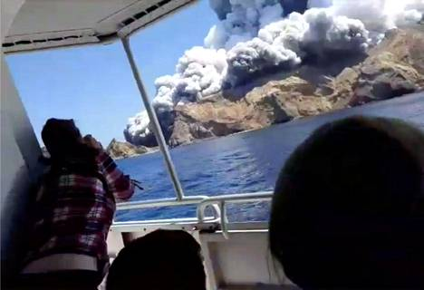 Turistit kuvasivat purkausta veneestä käsin.