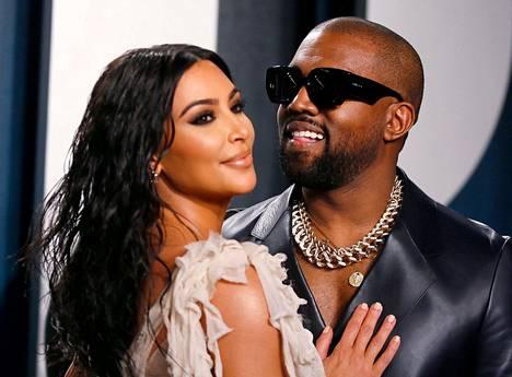Kanye West vaimonsa Kim Kardashianin kanssa.