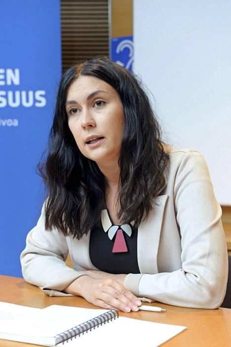 – Suomeen on tullut paljon väkeä, joista moni on yritteliäs, täysin integroitunut ja kielitaitoinen. Onko veronmaksajankaan etu, että lähetämme tällaisen henkilön pois, kansanedustaja Tiina Elovaara (sin) pohtii.