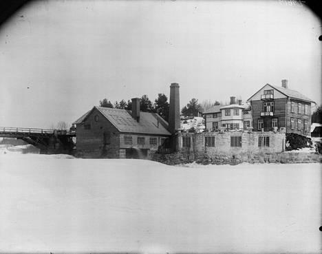 Dahlforsin viilatehdas 1910-luvulla. Oikealla näkyy 1970-luvulla purettu omistajan kartano.