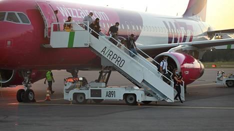 Eilisen Skopjen-lennon kaikki matkustajat on asetettu karanteeniin.