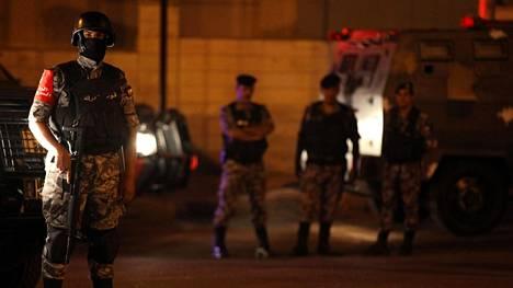 Jordanian erikoisjoukkojen sotilaita Israelin suurlähetystön luona, jossa välikohtaus tapahtui.