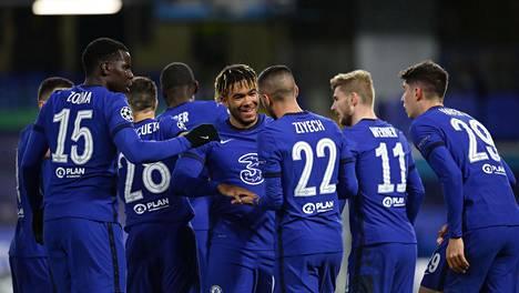 Chelsea juhli Hakim Ziyechin (numero 22) osumaa Stamford Bridgellä.