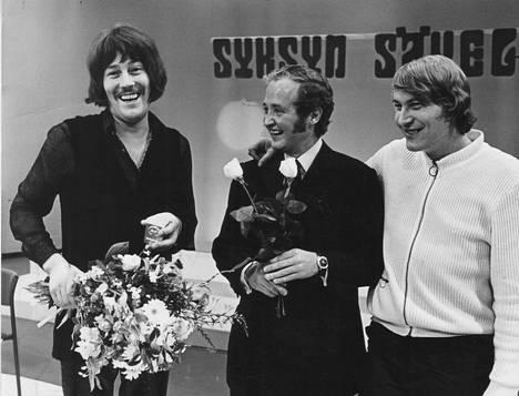 Irwin Goodman ja Vexi Salmi olivat yhtä hymyä voittaessaan Syksyn sävelen vuonna 1970. Miesten kanssa kuvassa Osmo Ruuskanen.