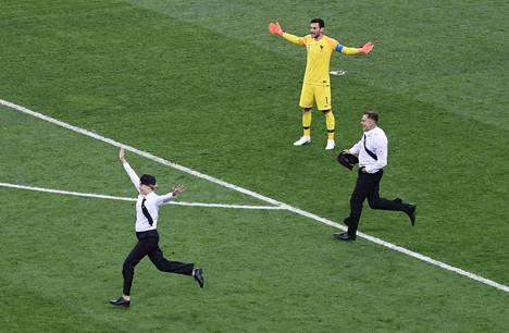 MM-finaali keskeytyi toisella puoliajalla aktivistien näytökseen. Ranskan maalivahti Hugo Lloris ei voinut kuin levitellä käsiään.